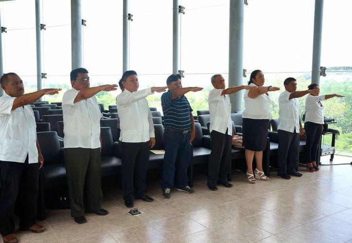 Ocho de los nueve jueces de paz, al rendir su compromiso constitucional. (SIPSE)