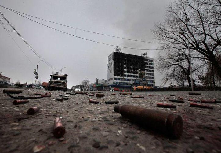 Aspecto del 'campo de batalla' en el que se convirtió  esta madrugada un sector de la ciudad de Grozny, capital de Chechenia; al menos 19 personas fallecieron en enfrentamientos entre rebeldes y fuerzas de seguridad. (AP)