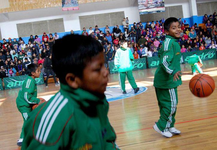 Los niños triquis recorren el continente de la mano de un balón de basquetbol que les recuerda en cada enceste que no importa no saber jugar con tenis, porque sus pies tienen alas para volar. (Archivo Notimex)