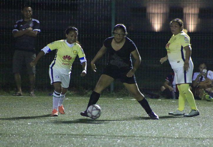 Tres tantos anotó María Rodríguez para liderar a las Titanes, que desde el inicio se apropiaron del balón. (Miguel Maldonado/SIPSE)