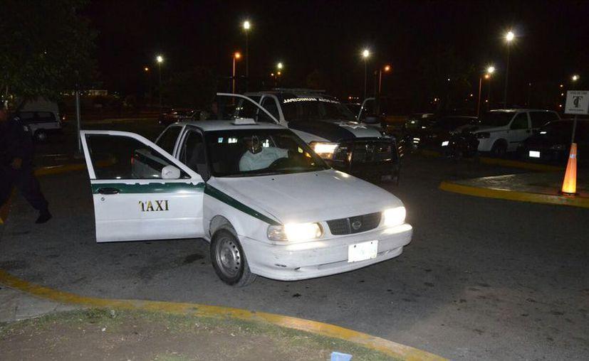 Elementos de Seguridad Pública se entrevistaron con el taxista. (Eric Galindo/SIPSE)