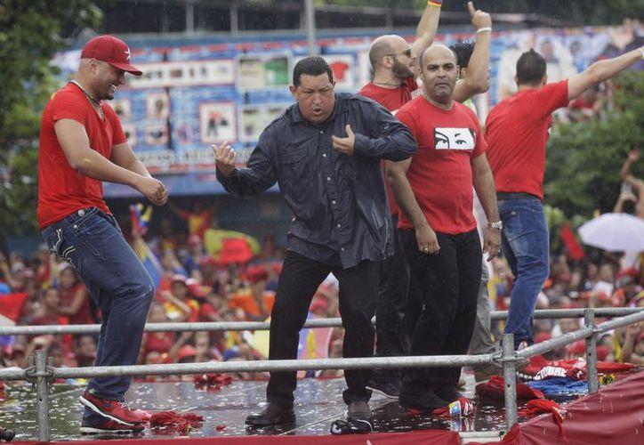 El presidente venezolano Hugo Chávez baila después de su discurso en un acto electoral en Caracas. (Agencias)