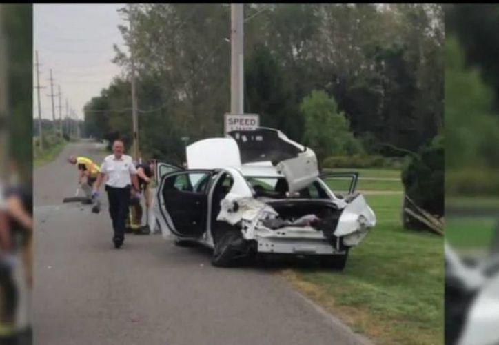El auto de la mujer que enloqueció al notar un araña en su hombro se estrelló metros más tarde. Ahí estaba su hijo de apenas nueve años, quien resultó levemente herido. (fox59.com)