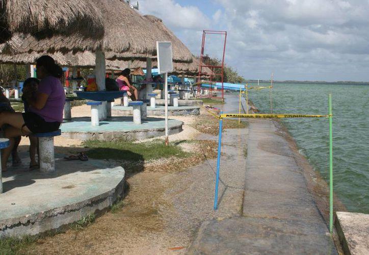 La Laguna de los Siete Colores estuvo vacía el fin de semana, ya que, debido al clima, los visitantes se mantuvieron fuera del agua. (Javier Ortiz/SIPSE)