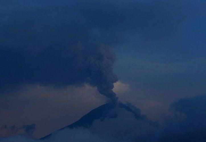 Columna de humo y ceniza expulsada por el volcán Tungurahua el 2 de febrero de 2014. Imagen tomada desde Huambalo, Ecuador. (EFE/Archivo)