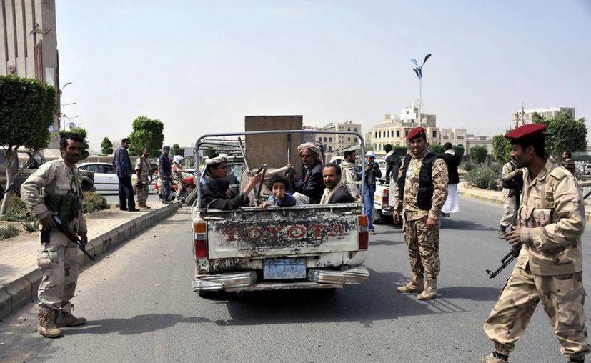 Varios soldados yemeníes hacen guardia en un punto de control en una calle de Saná, Yemen. (Archivo/Archivo)