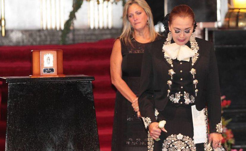 Tras participar en el adiós a Juan Gabriel en Bellas Artes (foto) la cantante Aída Cuevas dijo que podrían hacer hasta cinco con las canciones que le dio el 'Divo de Juárez'. (Notimex)