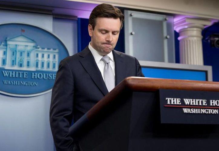 Josh Earnest, portavoz de la Casa Blanca, asegura que a los indocumentados que serán deportados se les respetarán todos sus derechos y garantías. (AP)