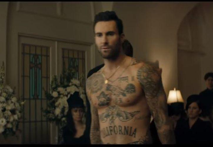 """Levine aparece luciendo sus músculos en el video del nuevo tema de Maroon 5 titulado: """"Wait"""". (Foto: Captura)"""