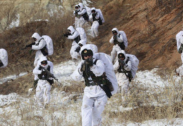 Soldados del ejército chino participan en entrenamientos en zonas con temperaturas bajo cero en Heihe, China. Febrero de 2016. (RT)