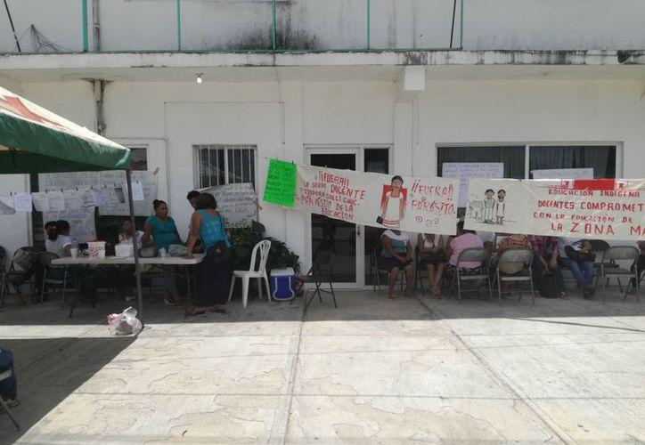 Alrededor de 100 manifestantes exigen que Isadora Colli Chuc tengan igualdad de obligaciones y responsabilidades, ya que rechaza trabajar frente a grupo. (José Chi/SIPSE)
