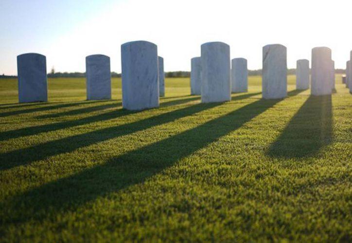 El despiadado obituario Leslie Ray Charping en pocas horas se volvió viral. Imagen de contexto de las lápidas de un cementerio. (elpais.com)