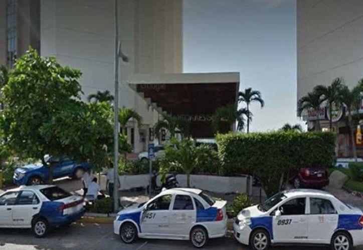 El trágico accidente ocurrió en las instalaciones del hotel Torres Gemelas, ubicado en la avenida Costera Miguel Alemán. (Excélsior)