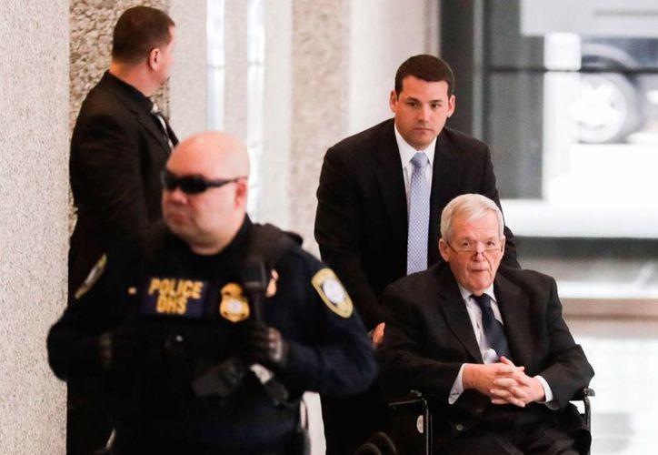 Dennis Hastert expresidente de la Cámara de Representantes de EU, sale del juzgado en silla de ruedas tras haber sido condenado a un año y tres meses de cárcel por haber comprado el silencio de los niños a los que sometió a abusos sexuales cuando era su profesor, en Chicago, el 27 de abril del 2016. (EFE)