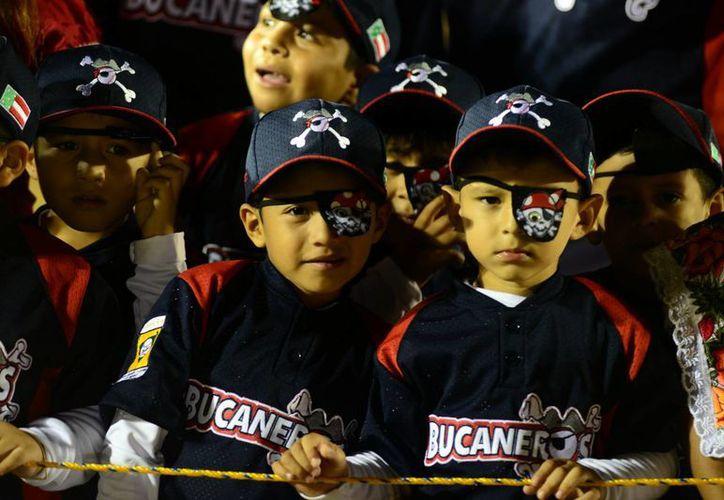 Los Bucaneros durante la inauguración de la Liga Yucatán. (Milenio Novedades)