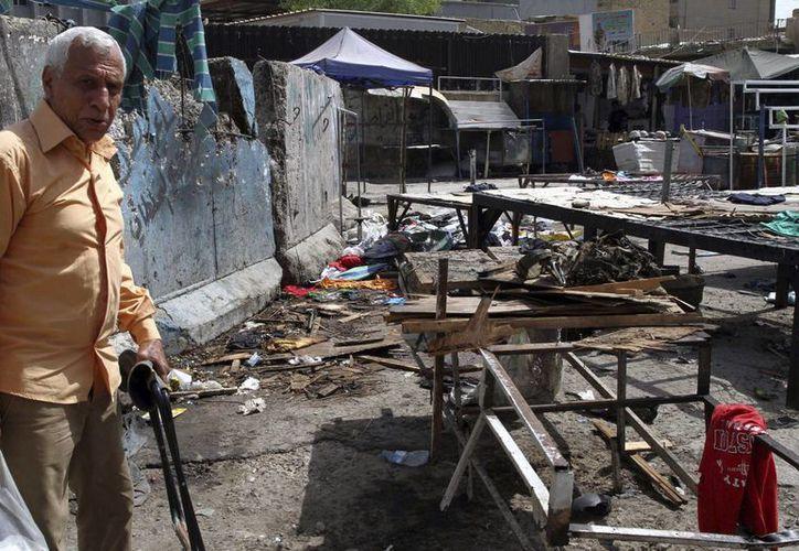 Un iraquí en el escenario del doble atentado con bomba que dejó muertos y heridos en el centro de Bagdad, Irak. (EFE/Archivo)
