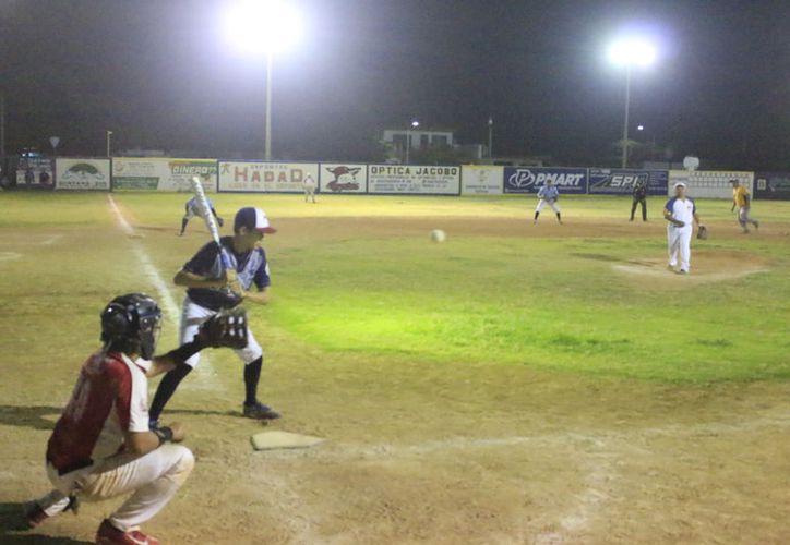 Más emotivo no podía haber sido el duelo de sóftbol en que se impuso Gladiadores. (Miguel Maldonado/SIPSE)