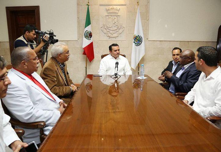 Los diplomáticos africanos fueron recibidos en el Palacio Municipal por el alcalde Renán Barrera (c). (Cortesía)