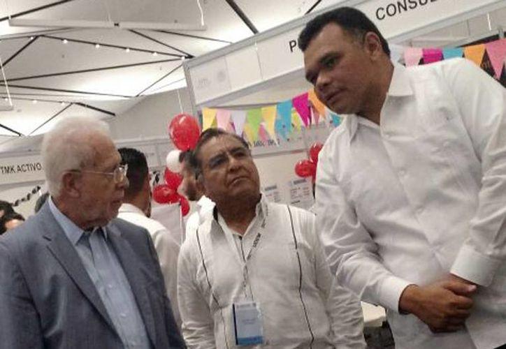 Basilio González Núñez, presidente de la Comisión Nacional de Salarios Mínimos (Conasami), estuvo acompañado del gobernador de Yucatán, Rolando Zapata Bello (izq) y el dirigente de la CROC en Yucatán, Pedro Oxté Conrado (en medio), en el evento. (Candelario Robles/Milenio Novedades)
