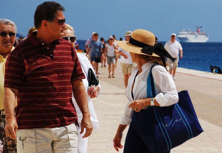 El crucero transporta alrededor de 200 turistas de todas partes del mundo. (Gustavo Villegas/SIPSE)