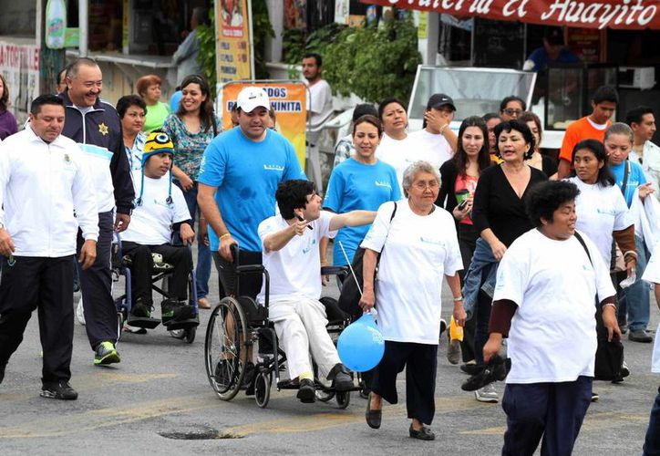 La caminata fue encabezada por autoridades estatales y municipales. (SIPSE)