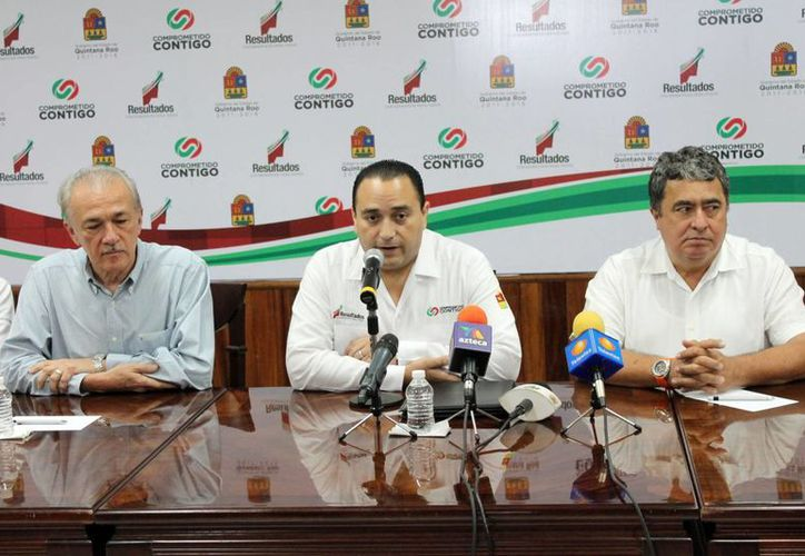Gabriel Mendicuti Loría; el gobernador, Roberto Borge Angulo; y Luis González Flores, en el anunciamiento de los nuevos cambios del gabinete. (Juan Palma/SIPSE)