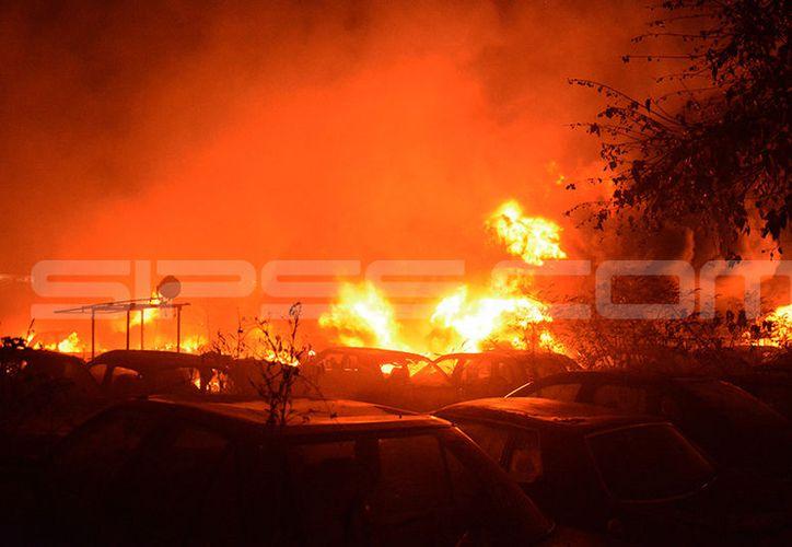 El incendio consumió decenas de vehículos que se encontraban en el corralón. (Fotos: Víctoria González/SIPSE)