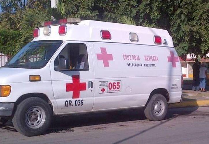 Paramédicos de la Cruz Roja atendieron al lesionado. (Redacción)