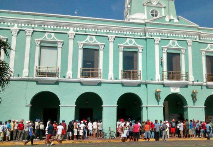 Imagen de los pescadores que acudieron al Palacio Municipal a la firma de una demanda de demanda de indemnización en contra de British Petroleum. (Milenio Novedades)