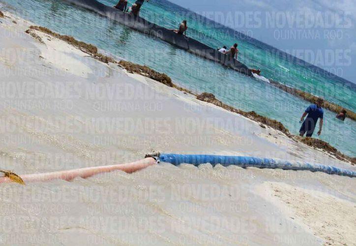 La extracción de arena del lecho marino se realiza por medio de mangueras. (Octavio Martínez/SIPSE)