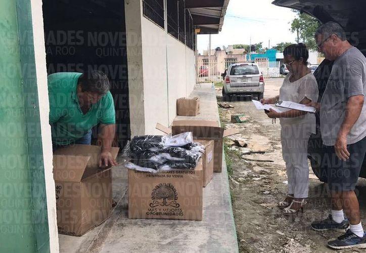 Reparten 13 mil uniformes escolares en Puerto Morelos e Isla Mujeres. (Pedro Olive/SIPSE).