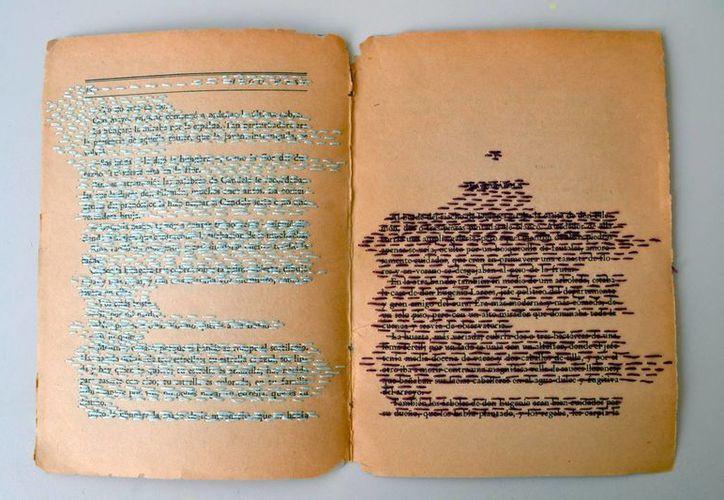 Bordado en páginas de un libro. (Milenio Novedades)