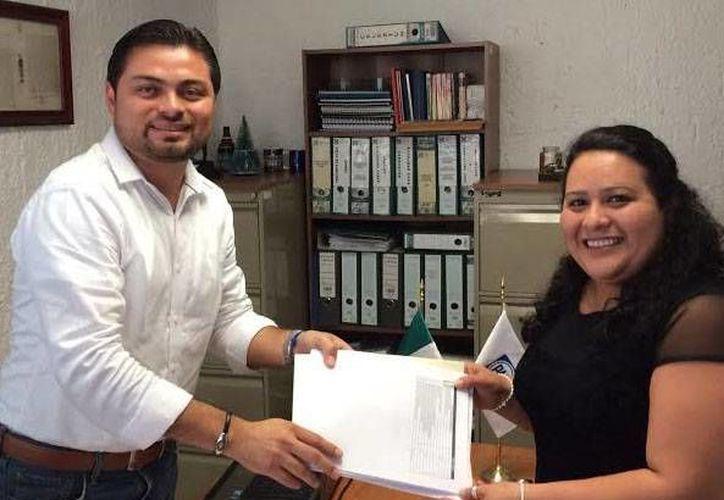 El secretario general del PAN, Marco Pasos Tec, recibe el registro de Cinthya Valladares Couoh para una diputación plurinominal. (SIPSE)