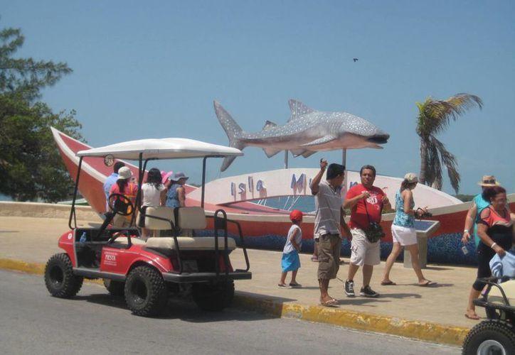 """Turistas visitan el monumento al """"Tiburón Ballena"""". (Lanrry Parra/SIPSE)"""