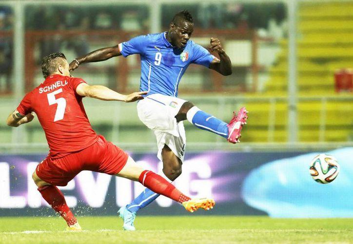 Balotelli (d) mostró que está en gran forma, pero Italia, que ganaba ante Luxemburgo, sólo pudo empatar. (Foto: AP)