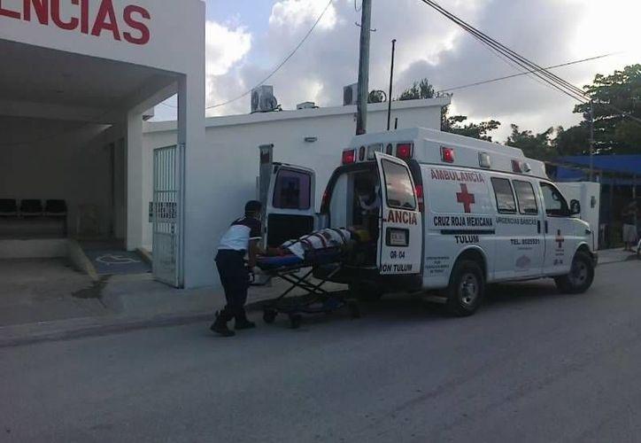 Paramédicos de la Cruz Roja de Tulum, trasladaron a la mujer holandesa al Hospital General de Solidaridad. (De Peso)