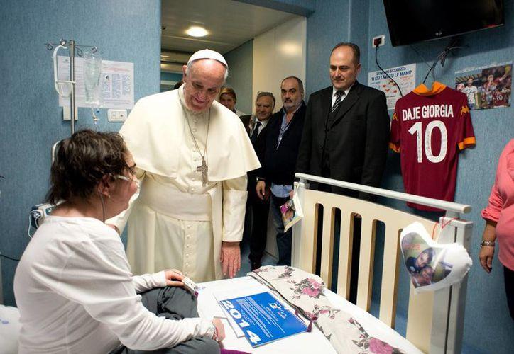 Francisco es el quinto pontífice que visita el hospital, dirigido por la secretaría de Estado vaticana. (Agencias)