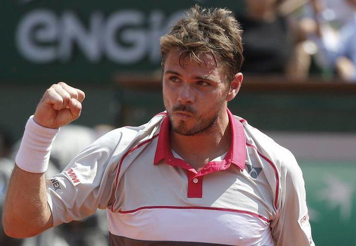 El tenista suizo venció 6-3, 6-7 (1), 7-6 (3), 6-4 a Tsonga en un apretado duelo en tierras parisinas. En la foto, Stan Wawrinka celebra después de haber conseguido su pase a la final. (AP)