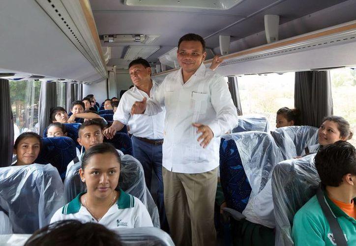 Zapata Bello acudió ayer martes al Cobay plantel Dzemul, donde convivió con los alumnos. (SIPSE)