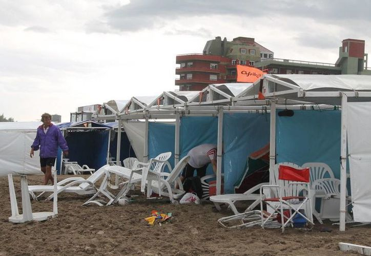 El rayo fue causado por una repentina tormenta eléctrica. Al parecer cayó muy cerca de las carpas a la orilla de la playa en Argentina. (Foto tomada de minutog.com.ar)
