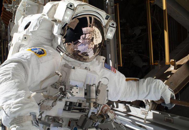 Es la segunda vez en la historia que astronautas salen al espacio desde la Estación Espacial Internacional para efectuar reparaciones. (Agencias)