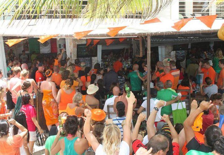 El bar club de playa Zenzi preparó una fiesta holandesa en donde los seguidores de Holanda festejaron a sus anchas.  (Carlos Calzado/SIPSE)