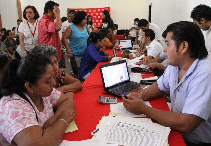 Cientos de acreditados del Infonavit hicieron fila desde temprano para buscar un arreglo con la institución. (José Acosta/SIPSE)