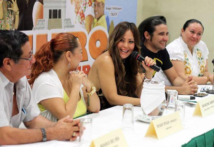 Los actores expresaron sus sentimientos por trabajar juntos en la comedia que se presentará el 17 de abril en Mérida.(Amílcar Rodríguez/Milenio Novedades)