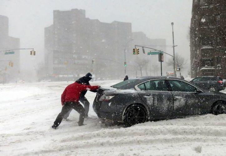 La nevada ha alterado la rutina de unas 80 millones de personas en la costa este de Estados Unidos. (Agencias)