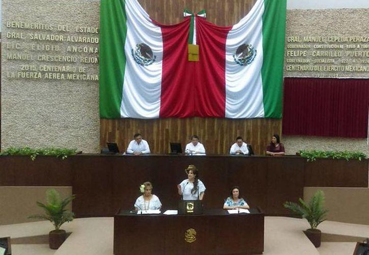 Lectura del decreto de la inscripción con letras doradas en el  muro de honor del nombre de Elvia Carrillo Puerto, en el Congreso del Estado. (@CongresoYucatan)