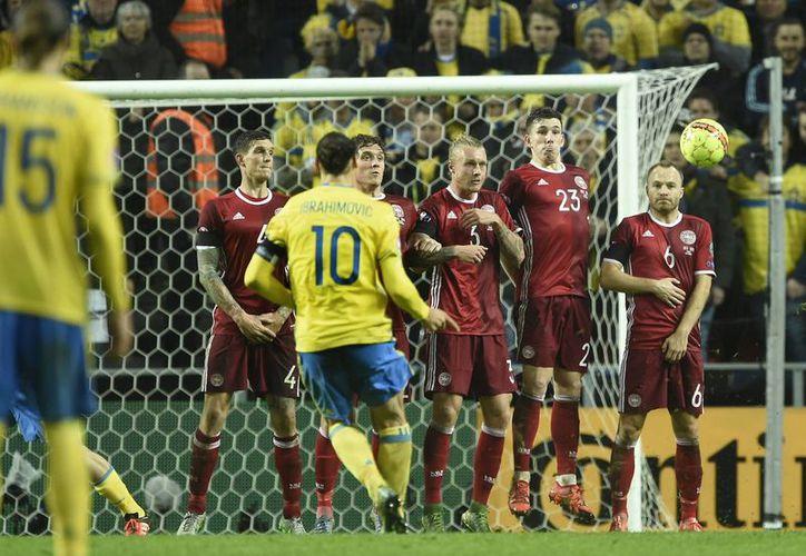 Momento en que el sueco Ibrahimovic, que hizo diferencia en el partido de ida del repechaje rumbo a la Eurocopa 2016, marca su segundo tanto en casa de Dinamarca, a la que eliminaron para poder avanzar al torneo. (Fotos: AP)