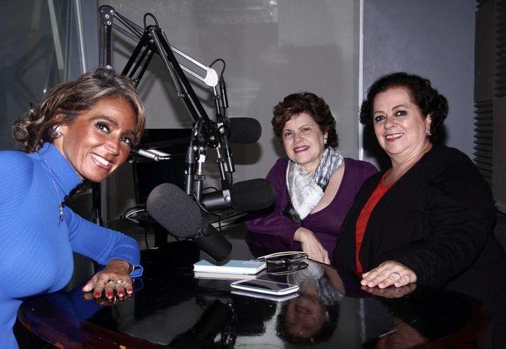 Las conductoras Alis García y Esperanza Nito junto a Morita, quien fue la invitada al programa de Salvemos una Vida. (Milenio Novedades)