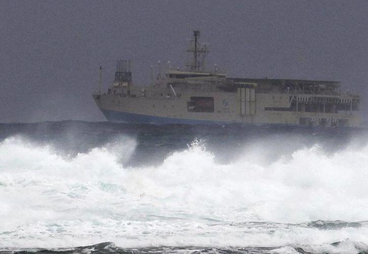 Las olas generadas por el tifón Danas golpean la costa de la ciudad de Nanjo, en Okinawa, Japón. (EFE)