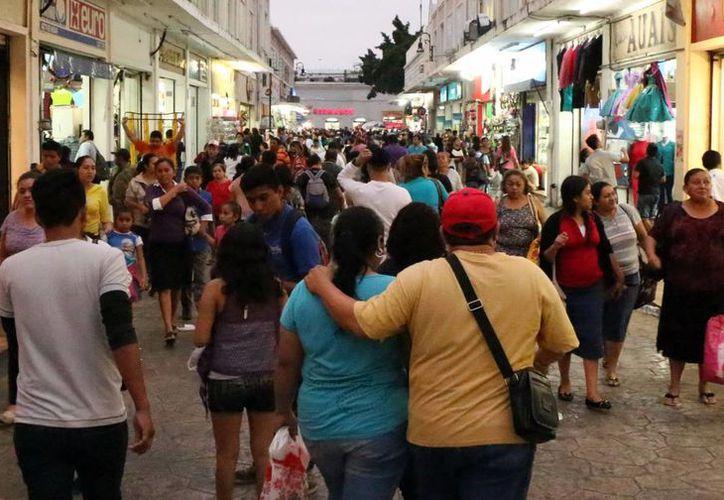 Calles y aceras del Centro Histórico lucieron llenas de compradores. (José Acosta/SIPSE)
